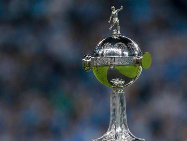 Imagen parcial del trofeo de la Copa Libertadores. (Foto: Getty)