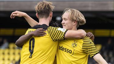 Bradley Fink (l.) traf fünfmal für die U19 des BVB