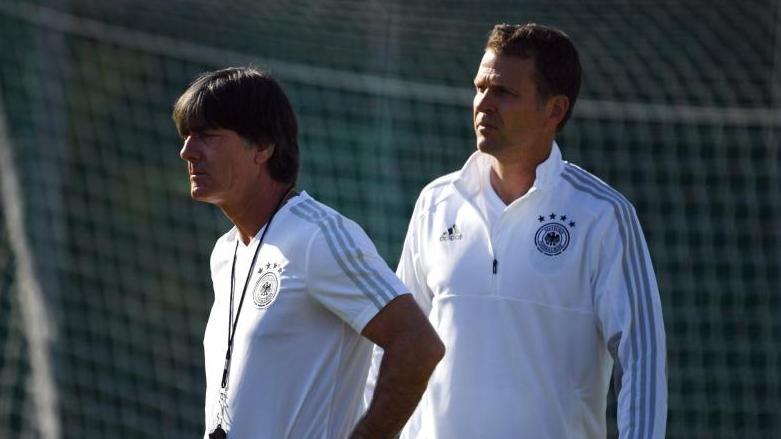 Oliver Bierhoff (re.) schenkt Bundestrainer Jogi Löw uneingeschränktes Vertrauen