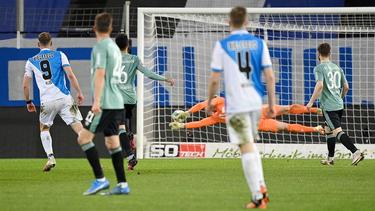 Fabian Klos trifft zum Sieg gegen den FC Schalke