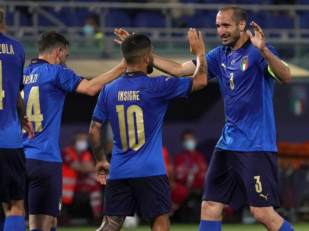 Chiellini celebra un triunfo con sus compañeros de Italia.