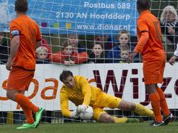 Doelman Oscar Moens brengt redding namens de oud-internationals in de traditionele wedstrijd tegen Koninklijke HFC. (4-1-2014)