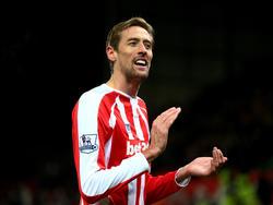 Peter Crouch bedankt het publiek na afloop van het competitieduel Stoke City - Arsenal. (06-12-2014)