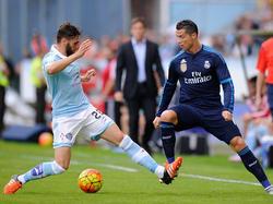 Sergi Gómez le hace una entrada a Ronaldo en Balaídos. (Foto: Getty)
