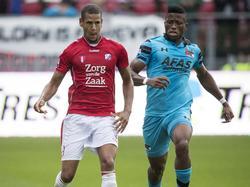 Fred Friday (r.) van AZ zit FC Utrecht-speler Ramon Leeuwin (l.) op de huid. (21-08-2016)