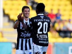 Neuzugang Florian Jamnig beglückwünscht Torschütze Samuel Tetteh