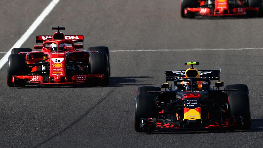 Sebastian Vettel (l.) stößt die Kritik der Experten sauer auf