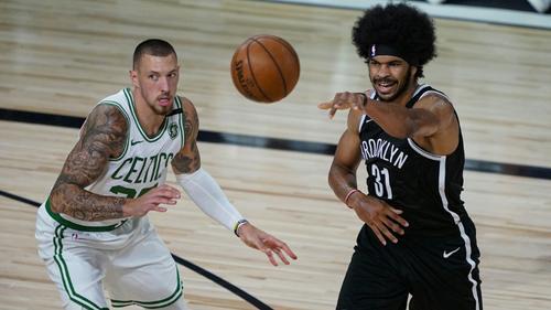 Theis (l.) und die Celtics gewinnen gegen Brooklyn