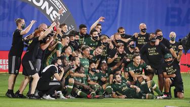 Los Timbers celebran el título sobre el campo en Orlando.