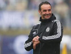 Während der Drittligapartie am 12. Spieltag der Saison 2013/2014 gegen den MSV Duisburg blickt Trainer Dietmar Hirsch vom SV 07 Elversberg lächelnd auf die Uhr (5.10.2013).