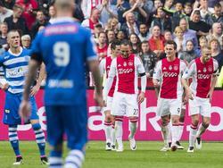 Terwijl de Ajacieden de 2-0 tegen PEC Zwolle vieren, vraagt Thomas Lam (l.) zich af wat zijn ploeg moet doen om nog een rol van betekenis te spelen in Amsterdam. (03-04-2016)
