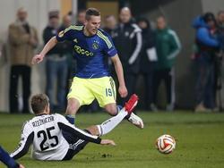 Jakub Rzeźniczak (l.) van Legia Warschau kan Ajacied Arkadiusz Milik niet afstoppen in de zestiende finale van de Europa League. (26-02-2015)