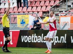 Ramon Leeuwin (r.) is het duidelijk niet eens met de rode kaart die scheidsrechter Pol van Boekel hem presenteert. De verdediger van FC Utrecht zal het einde van de thuiswedstrijd tegen Ajax niet meemaken. (05-04-2015)