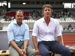Voor de oefenwedstrijd tegen AS Saint-Étienne zitten trainer Frank de Boer (l.) en directeur Edwin van der Sar naast elkaar. Beiden kwamen ooit uit voor Ajax en zijn nog steeds actief in Amsterdam. (22-07-2015)