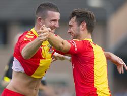 Randy Wolters (l.) en Alex Schalk van Go Ahead Eagles zijn blij met een doelpunt in een oefenduel met de amateurs van Terwolde. (24-06-2015)