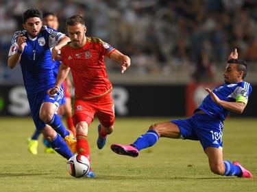 ...muss sich hier der Waliser Aaron Ramsey im EM-Qualifikationsspiel gegen Zypern behaupten. (03.09.2015)