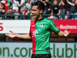 NEC-middenvelder Navarone Foor is het niet eens met de beslissing van de scheidsrechter tijdens het duel met Roda JC. (01-05-2016)