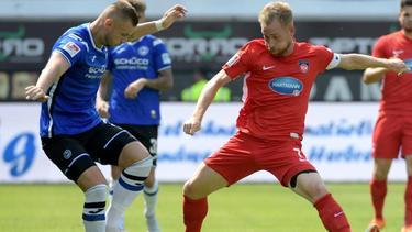 Heidenheims Marc Schnatterer (r.) versucht Bielefelds Philip Hartherz den Ball abzunehmen