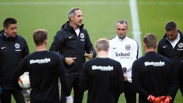Adi Hütter stellt die Spieler von Eintracht Frankfurt auf das Spiel des Jahres ein