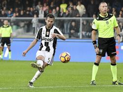 Miralem Pjanić legt aan voor een vrije trap van Juventus tegen Chievo Verona. (06-11-2016)