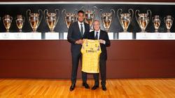 Alphonse Areola posa con Florentino Pérez en la sala de trofeos.