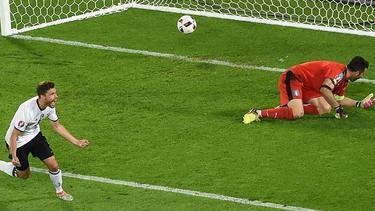 Jonas Hector bezwingt Gianluigi Buffon bei der EM 2016
