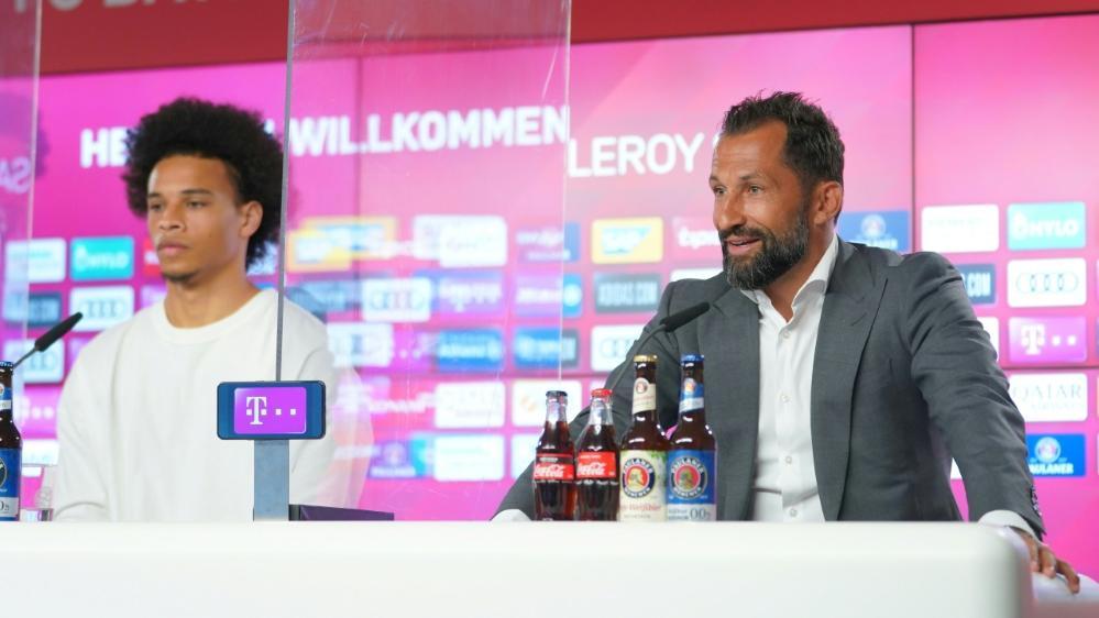 Hasan Salihamidzic (r.) ist von Leroy Sanés Start beim FC Bayern begeistert