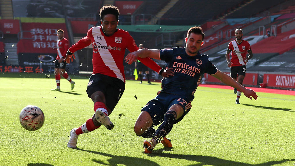 Southamptons Kyle Walker-Peters (l.) und Arsenals Cedric Soares kämpfen um den Ball