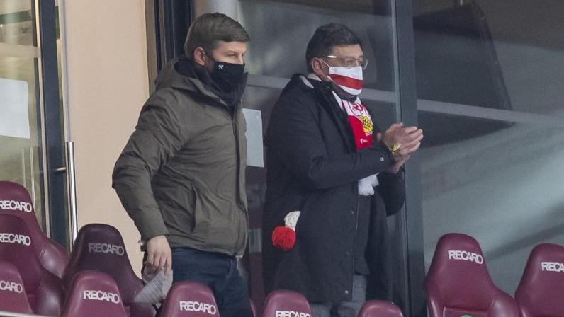 Vorstandschef Thomas Hitzlsperger (l.) zusammen mit VfB-Präsident Claus Vogt auf der Stadiontribüne in Stuttgart