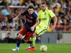 Roger (dcha.) persigue a Messi en el encuentro de la primera vuelta en el Camp Nou. (Foto: Imago)