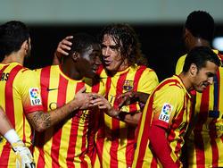 Carles Puyol beglückwünscht Jean Dongou zu seinem Tor im Pokal