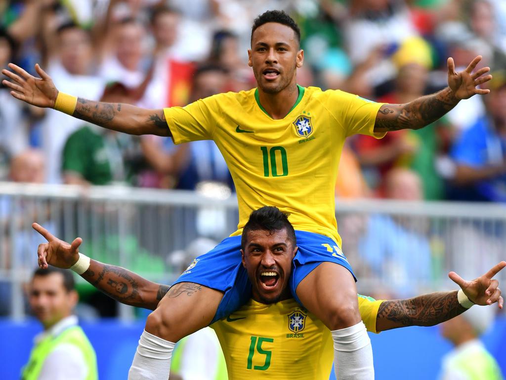 Matchwinner Neymar feiert auf den Schultern von Paulinho