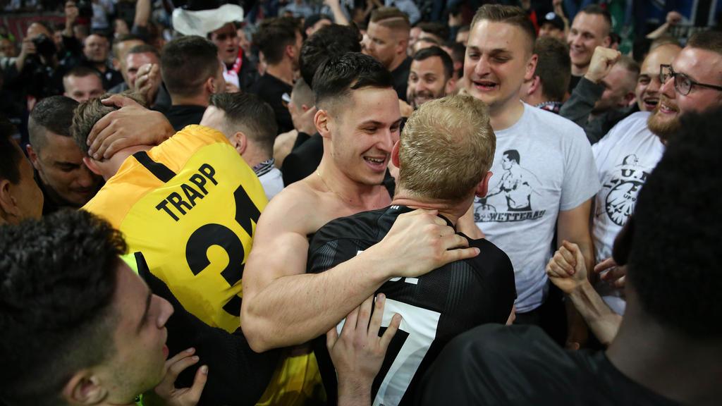 Mannschaft und Fans von Eintracht Frankfurt feiern den Halbfinal-Einzug