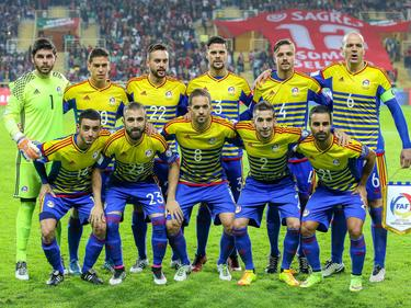 Vlak voor het WK-kwalificatieduel met Portugal begint gaat het Andorrese voetbalelftal op de foto. (07-10-2016)