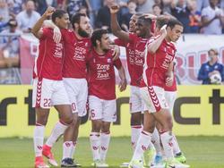 Opnieuw slaat FC Utrecht toe. Een paar minuten na de 1-0 komen de Domstedelingen dankzij een doelpunt van Nacer Barazite (t.v.l.) op 2-0 tegen FC Twente. (09-04-2017)