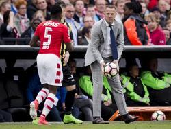 AZ-trainer John van den Brom gooit de bal snel naar AZ-linksback Ridgeciano Haps om zodoende het tempo in de aanval te halen. (30-04-2017)