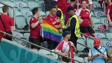 In Baku wurde einem dänischen Fan die Fahne weggenommen