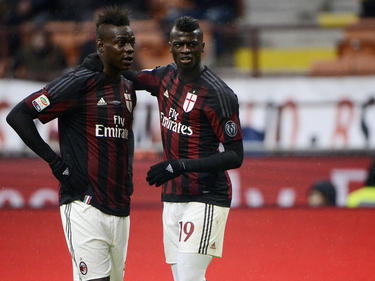 Mario Balotelli (l.) en M'Baye Niang (r.) hebben een onderonsje tijdens het competitieduel AC Milan - Udinese. (08-02-2016)