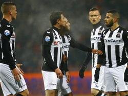 Oussama Tannane (r.) wil de vrije trap nemen, maar daar zijn de teamgenoten van de buitenspeler het niet mee eens. Uiteindelijk neemt Jeroen Veldmate (l.) de vrije trap richting het doel van Excelsior. (18-01-2015)