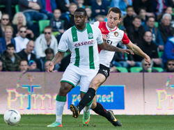 Groningen speler Genero Zeefuik (l.) wint het duel van Feyenoord speler Stefan de Vrij. (r.)