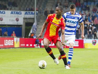 Glynor Plet (l.) van Go Ahead Eagles wil De Graafschap-speler Ted van de Pavert van zich afschudden. (22-05-2015)
