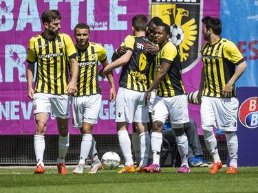 De spelers van Vitesse vieren de 1-0 in de play-offwedstrijd tegen PEC Zwolle. Bertrand Traoré is bij de Arnhemmers de gevierde man. (24-05-2015)