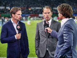 Een bijzonder moment voorafgaande aan de Europese wedstrijd van Ajax tegen Rapid Wien. De Tweelingbroers Frank en Ronald de Boer staan samen voor de camera van SBS 6. Ronald (l.) is analyticus bij de zender, terwijl Frank de trainer van Ajax is. (29-07-2015)