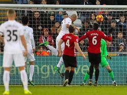 Mike van der Hoorn kopt raak voor Swansea City tegen Manchester United. (06-11-2016)