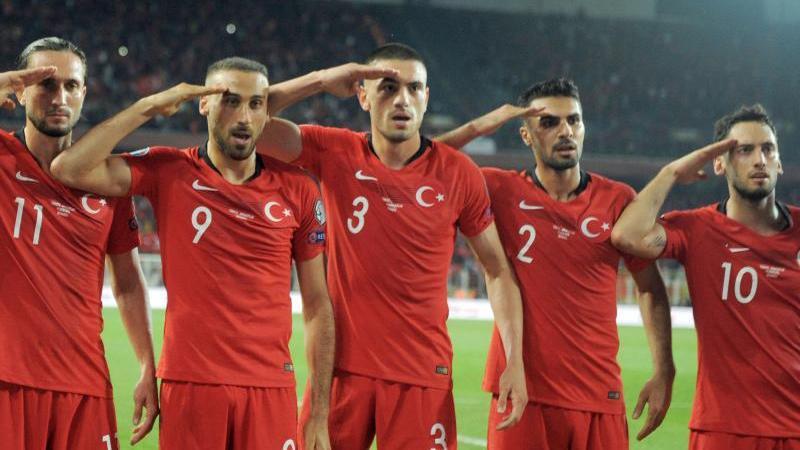 Die türkischen Spieler zeigten nach dem 1:0-Sieg gegen Albanien den Militärgruß