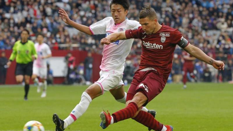 Lukas Podolski (r.) traf zum Saisonende dreifach