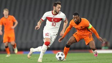 Hakan Calhanoglu con la camiseta de Turquía.