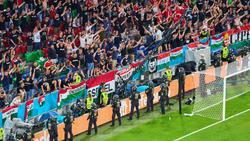 Polizeikräfte vor dem Block der ungarischen Hooligans