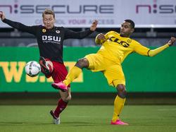Rick Kruys (l.) en Rydell Poepon (r.) vechten om de bal tijdens het competitieduel Excelsior - Roda JC Kerkrade. (23-01-2016)