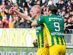 Kort na de openingstreffer van AZ maakt Tom Beugelsdijk (l.) er met het hoofd 1-1 van tijdens ADO Den Haag - AZ. Mike Havenaar viert het doelpunt mee. (21-04-2016)